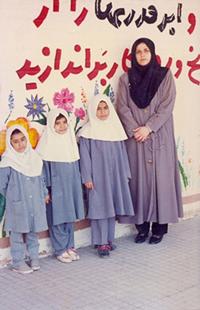 سوم ابتدایی_آبادان_دبستان جلال آل احمد _ از سمت چپ اولی منم دومی شیما و سومین نفر ناهیده_ اینجا نمی دونم به چه دلیل نرفتم عکس دسته جمعی با کُل بچه ها بگیرم به همین خاطر از همه بچه ها عکس ندارم.