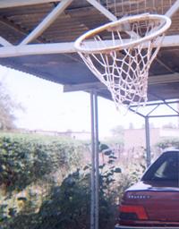 تور بسکتبالی که بالای پارکینگ نصب کرده بودیم.